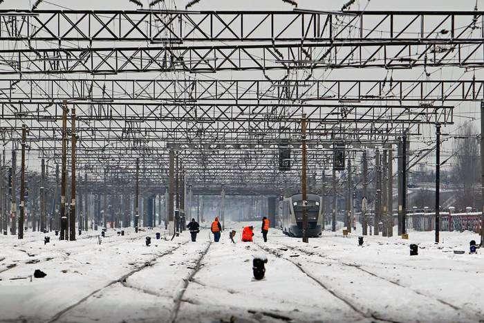 Trabajadores de la red de tren revisan las vías en Bucarest, capital de Rumanía. Foto: Bogdan Cristel EFE.