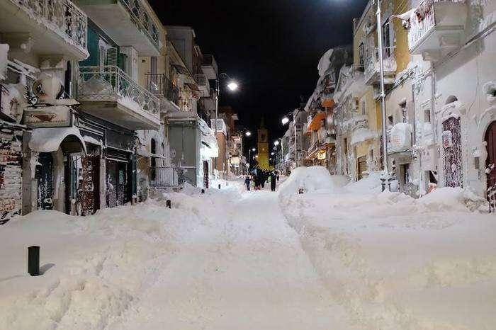 Calle completamente nevada en Santeramo in Colle, cerca de Bari, en la región de Puglia, al sur de Italia.  Raffaele Pontrandolfo AFP.
