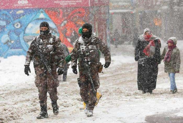 Miembros de las fuerzas especiales de la policía patrullan en Istiklal, la principal calle comercial de Estambul. Foto: Reuters. Murad Sezer.