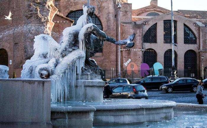 Detalle de la Fuente de las Náyades helada en la Plaza de la República en Roma (Italia) hoy, 9 de enero de 2017. Foto: EFE.
