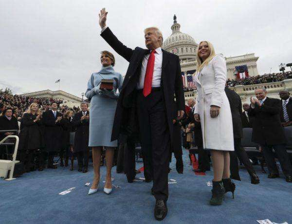 MCX02 WASHINGTON DC (ESTADOS UNIDOS) 20/01/2017.- El presidente de EE.UU., Donald J. Trump (c), saluda tras jurar como el presidente número 45 de la historia de los Estados Unidos en una ceremonia oficial celebrada ante las escalinatas del Capitolio, en Washington DC (Estados Unidos) hoy, 20 de enero de 2017. En la foto, la primera dama Melania Trump (i), y Tiffany Trump (d). EFE/Jim Bourg / Pool