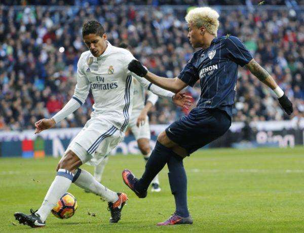 GRA243. Madrid (Spain), 21/01/2017.- Real Madrid's French defender Raphael Varane (L) vies for the ball with Malaga's Venezuelan Adalberto Penaranda (R) during their Spanish Primera Division league match at Santiago Bernabeu stadium, in Madrid, Spain, 21 January 2017. (España) EFE/EPA/ANGEL DIAZ