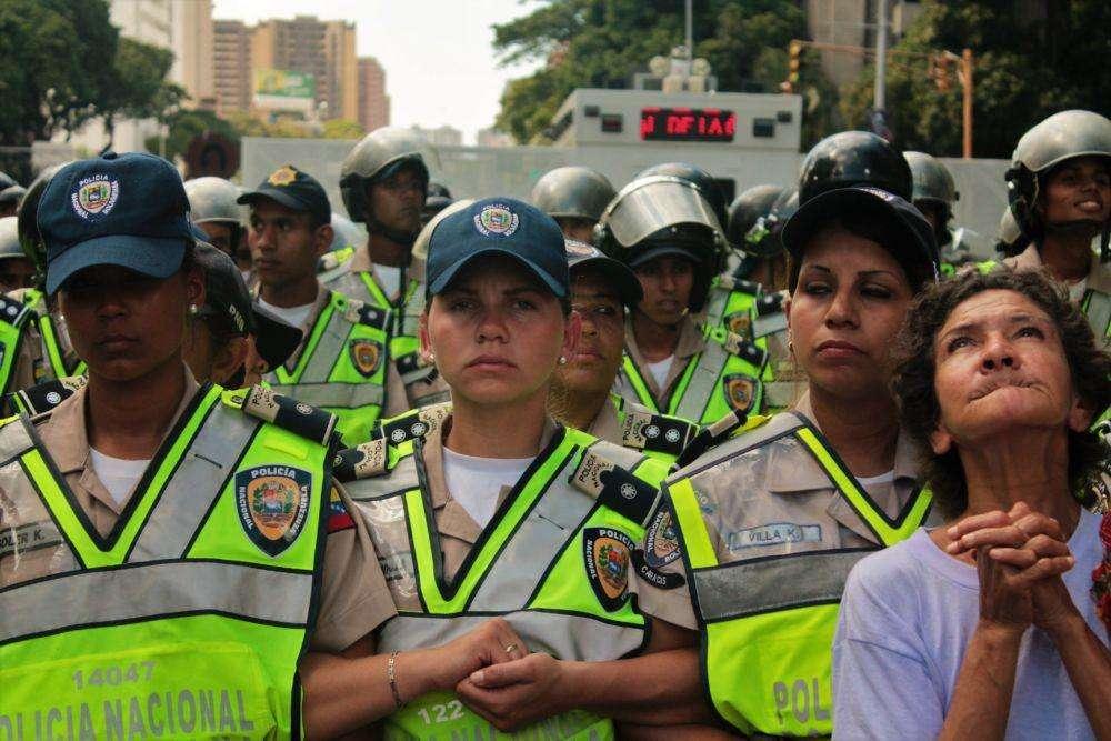 El primer piquete estuvo integrado por mujeres de la Policía Nacional Bolivariana