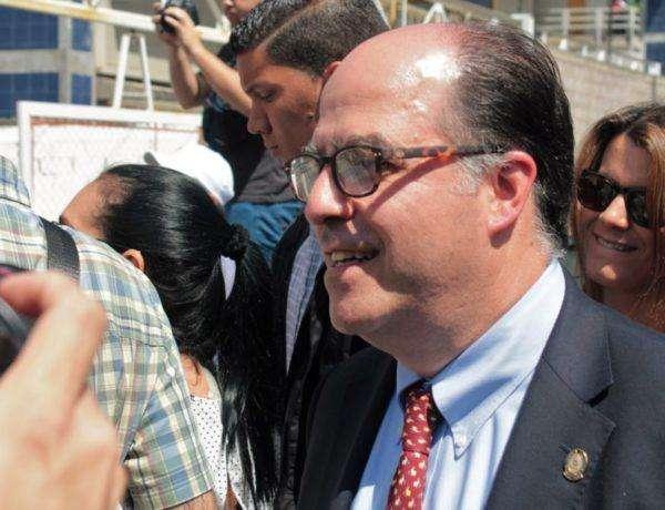 El diputado Julio Borges llegó sonriente al Polideportivo donde se realizó la sesión