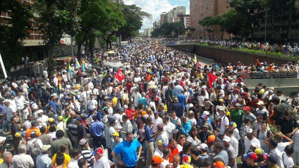 Los asistentes se aglomeraron en la avenida Libertador y no pudieron llegar a la sede del Poder Electoral