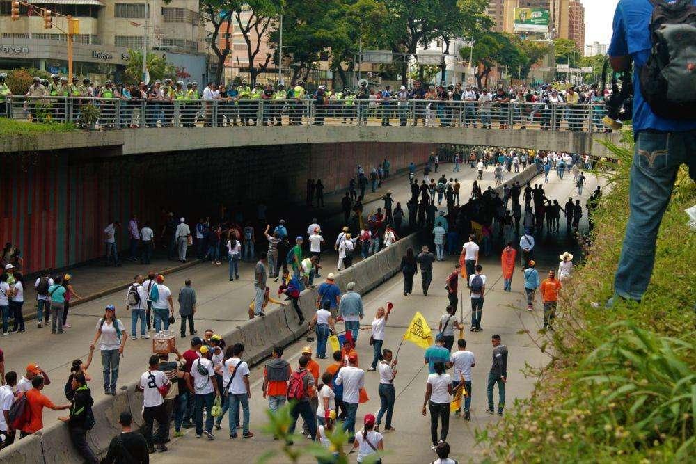 La gente tomó la parte baja de la Libertador para intentar atravesar la barrera de la PNB