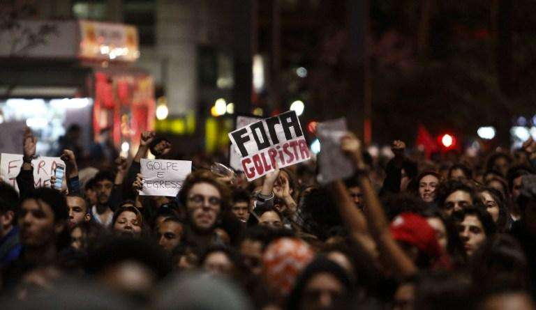Supporters of Dilma Rousseff protest after she was ousted as president in a Senate impeachment vote, on Paulista Avenue in Sao Paulo, Brazil on September 1, 2016. / AFP PHOTO / Miguel SCHINCARIOL