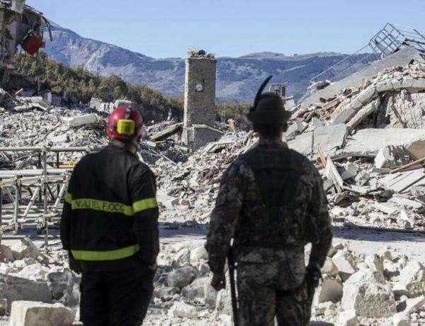 Funcionarios trabajan en el levantamientos de escombros en la capital italiana. Foto: Ansa.