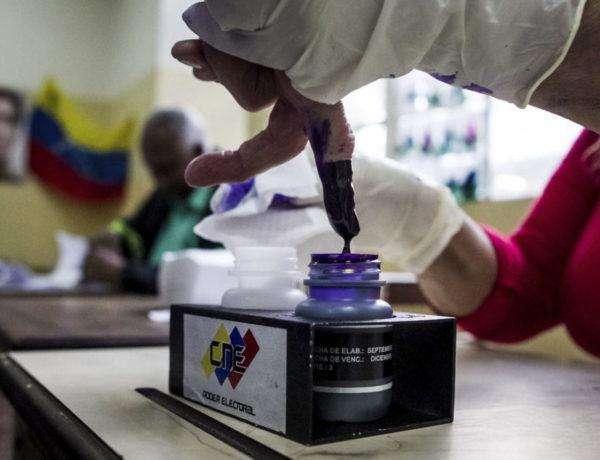 GRA104. CARACAS (VENEZUELA), 08/12/2013.- Detalle de una mano de una persona luego de ejercer su derecho al voto durante la jornada electoral municipal en Caracas (Venezuela), hoy domingo 8 de diciembre del 2013. Los colegios electorales abrieron hoy en Venezuela para dar comienzo a una jornada en la que 19 millones de venezolanos y residentes con más de diez años en el país están llamados a las urnas para elegir alcaldes y concejales. EFE/Miguel Gutiérrez