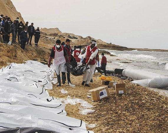 LIB09 AL ZAWIYA (LIBIA) 21/02/2017.- Fotografía facilitada por la Media Luna Roja libia que muestra a voluntarios durante las labores de retirada de docenas de cadáveres de refugiados que murieron ahogados y fueron arrastrados hasta la costa cerca de Al Zawiya (Libia), el 20 de febrero de 2017. Fuentes de la Media Luna Roja aseguran que al menos 74 refugiados que trataban de cruzar el Mediterráneo fueron hallados muertos en la costa. EFE/Handout SOLO USO EDITORIAL, PROHIBIDA SU VENTA