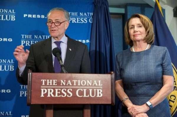 Chuck Schumer y Nancy Pelosi, hablan durante una conferencia de prensa hoy, lunes 27 de febrero.