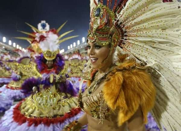 Integrantes de la escuela de samba del Grupo União da Ilha do Governador participan en un desfile del Carnaval de Río 2017.