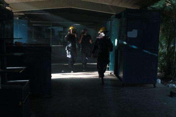 Bomberos de la UCV ayudan a los estudiantes. Foto: Iván Reyes