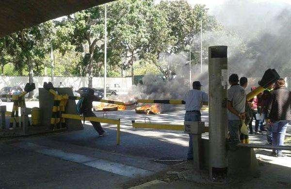 Sindicato quema cauchos en la UCV