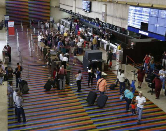 Passengers walk at the Simon Bolivar airport in La Guaira, outside Caracas September 23, 2013.  Picture taken on September 23, 2013. REUTERS/Carlos Garcia Rawlins (VENEZUELA - Tags: TRANSPORT POLITICS BUSINESS)