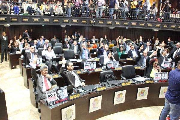 Parlamento aprobó moción de censura al ministro Motta Domínguez