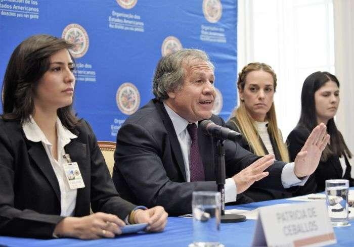 """MIA01. WASHINGTON, DC (EE.UU), 20/3/2017.- El secretario general de la OEA Luis Almagro (2i), habla junto a Lilian Tintori (2d), Patricia Ceballos (i) y Oriana Goicoechea (d) familiares de políticos presos en Venezuela, durante una conferencia de prensa hoy, lunes 20 de marzo del 2017, sobre la situación política de Venezuela, en Washington DC, (Estados Unidos). Almagro dijo hoy que """"de una dictadura se sale por elecciones"""" y por eso exige al Gobierno del presidente venezolano, Nicolás Maduro, convocar a la mayor brevedad comicios generales, libres y con observación internacional. """"De una dictadura se sale por elecciones, eso fue así en Uruguay, Chile, Argentina. De las dictaduras se sale con elecciones y esa es la solución"""", afirmó el líder de la OEA. EFE/LENIN NOLLY."""