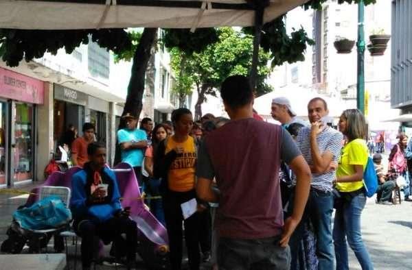 Venezolanos firmaron por el partido opositor