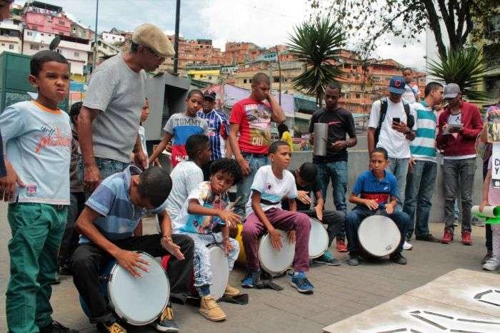 Cuatro niños le dieron a los tambores
