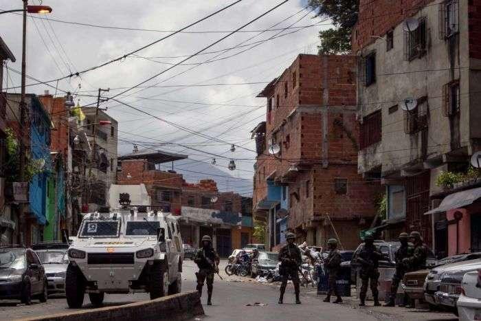 CAR01. CARACAS (VENEZUELA), 13/07/2015.- Miembros de la Guardia Bolivariana de Venezuela (GNB) custodian una calle en el sector Cota 905 hoy, lunes 13 de julio de 2015, en Caracas (Venezuela). La Guardia Nacional Bolivariana (GNB, policía militarizada) de Venezuela despliega hoy un vasto operativo contra la delincuencia en una populosa zona del oeste de Caracas, con soldados y policías apoyados por tanquetas y helicópteros. EFE/Miguel Gutiérrez