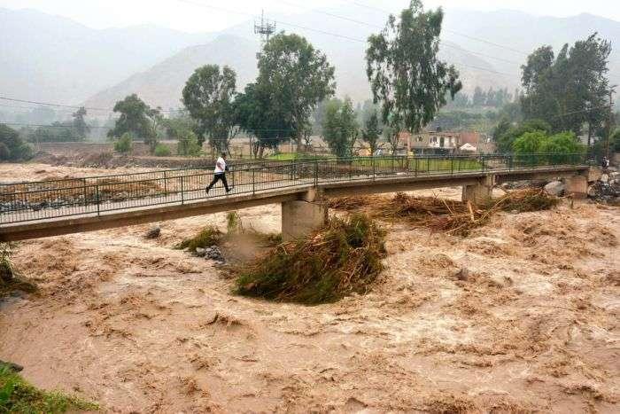 LIM04. LURÍN (PERÚ), 15/03/2017.- Fotografía cedida por la Agencia Andina que muestra el caudal de un río hoy, miércoles 15 de marzo de 2017, en la población de Lurín (Perú). Las fuertes lluvias de los últimos días han causado varias inundaciones en el país. EFE/Cortesía Agencia Andina/SOLO USO EDITORIAL
