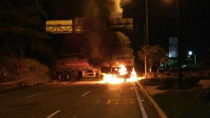 Resultado de imagen de fotos de los camiones quemados en el estado Lara