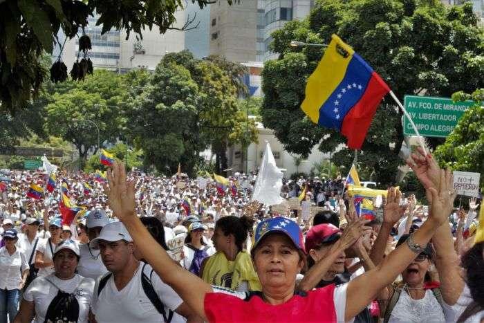 Mujeres opositoras se mantienen en la autopista Francisco Fajardo