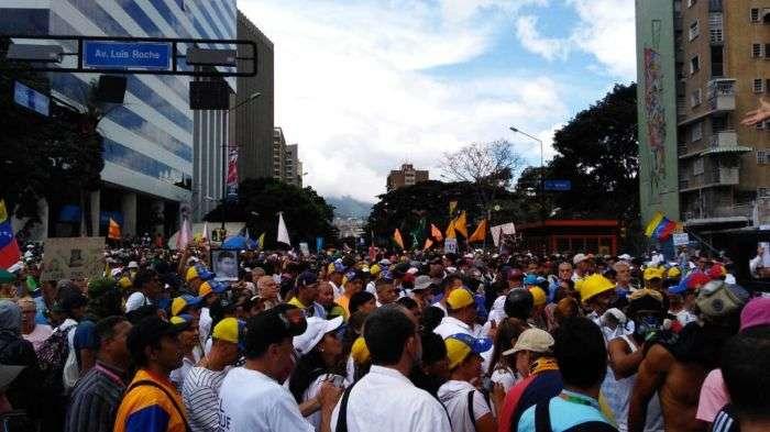 Oposición y oficialismo se movilizan en Caracas este lunes