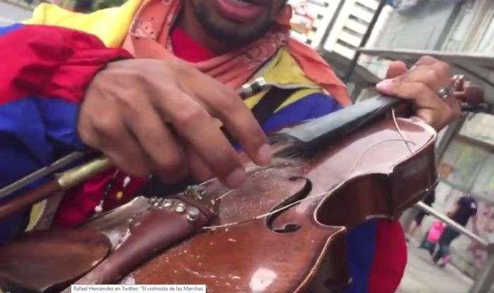 Shakira autografió un violín para Wuilly, el violinista de las marchas