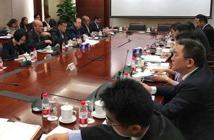 Venezuela y China firman acuerdo de refinación de petróleo