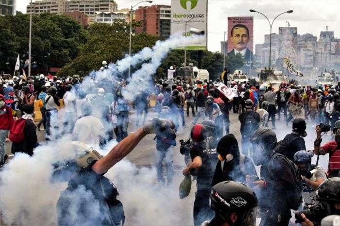 Casi 50 personas resultan heridas por protestas en Caracas