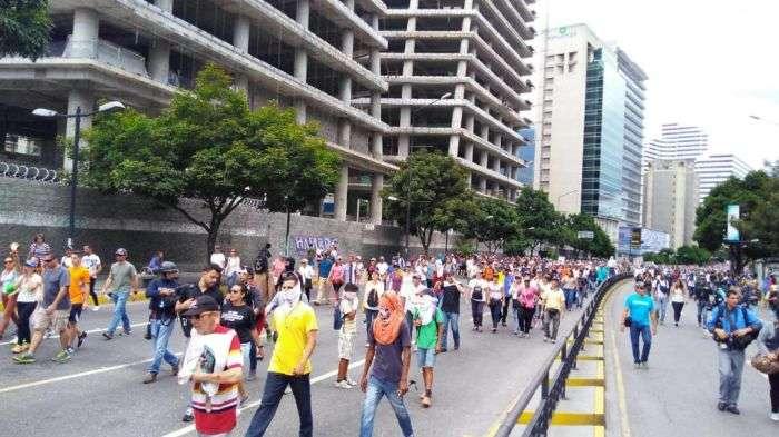 Persisten enfrentamientos entre la GNB y manifestantes en Bello Campo