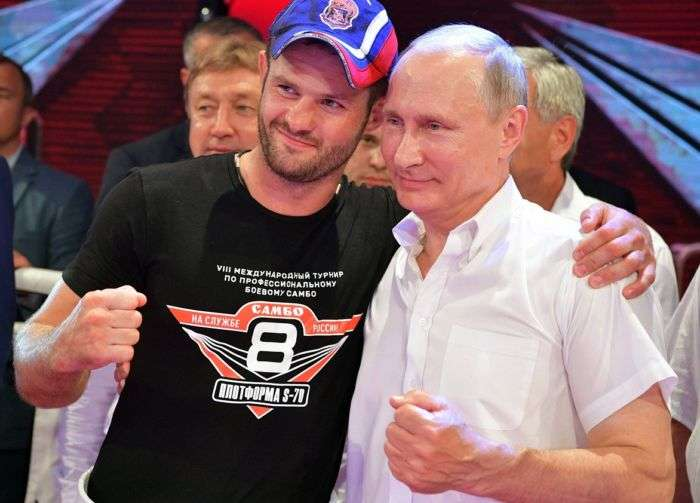Los adolescentes rusos juegan