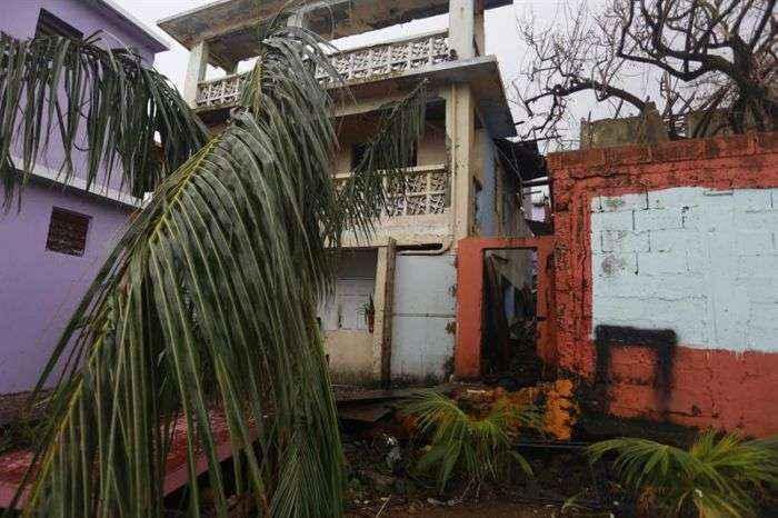 Gobernador de Puerto Rico prolonga indefinidamente toque de queda tras huracán