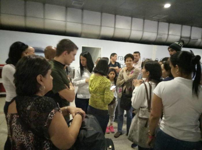 Más de 300 pasajeros de Santa Bárbara varados en Maiquetía desde hace una semana
