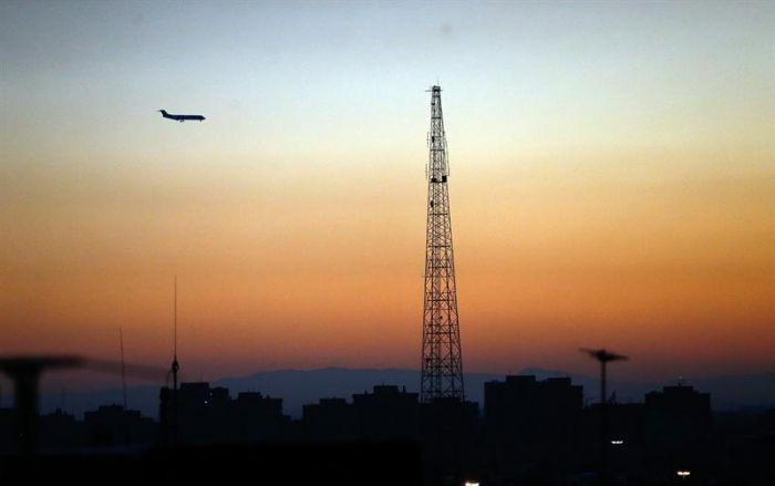 Se estrella avión con decenas de personas en Irán
