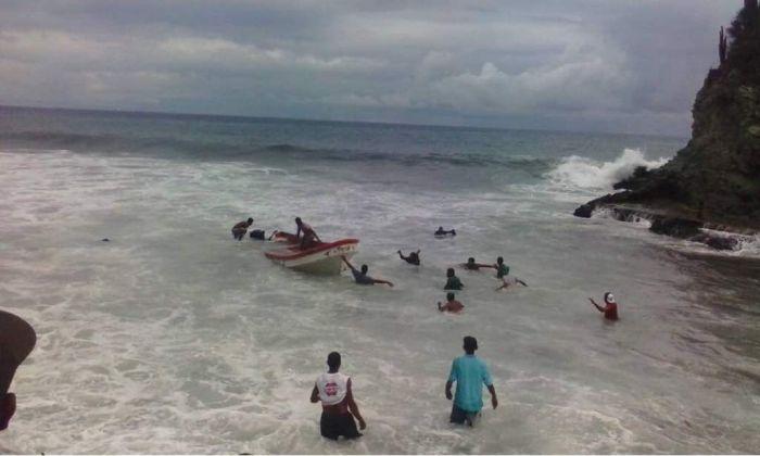 Fuerte oleaje azota el Puerto de La Guaira en Vargas