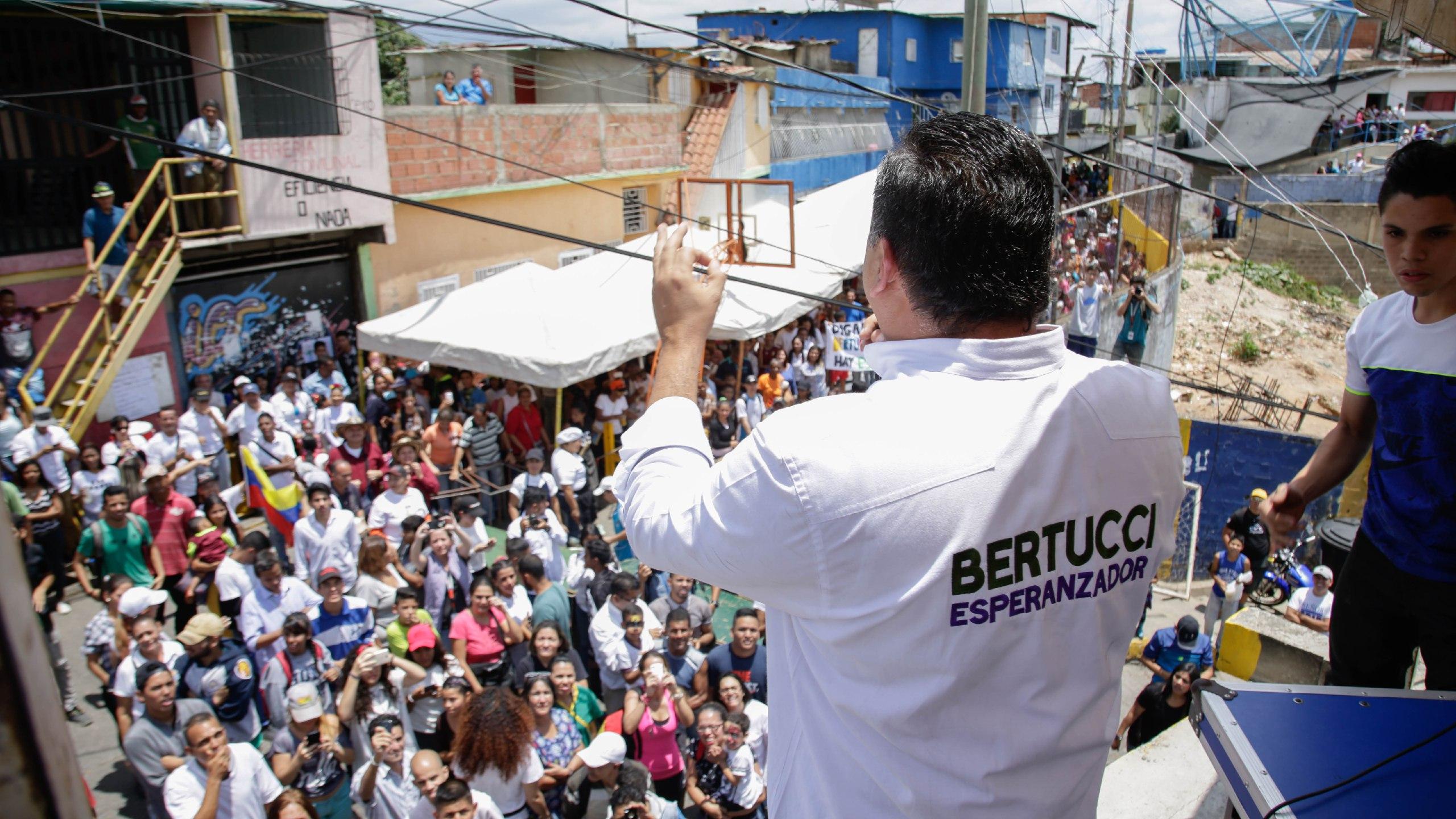 Candidato Javier Bertucci realizó acto de campaña en Cumaná