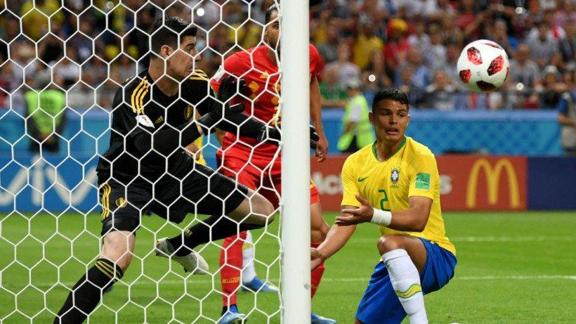 El zaguero brasilero no pudo rematar el balón