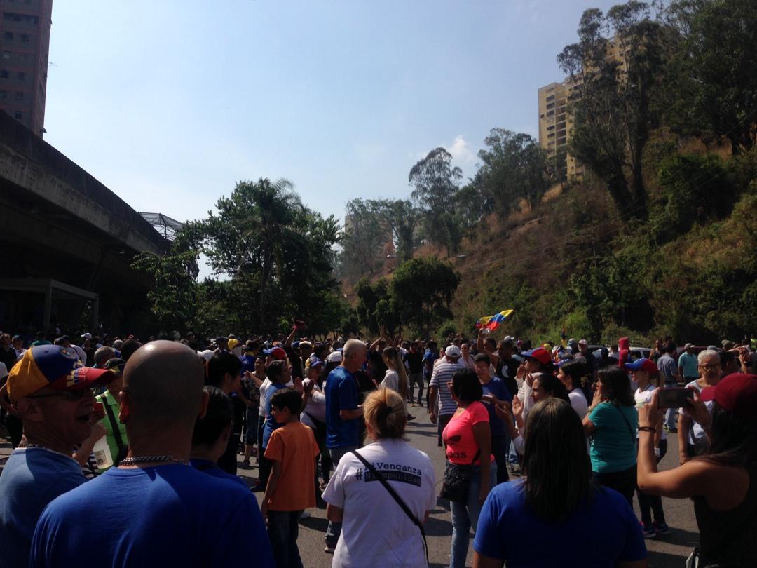 manifestantes-Caricuao-30abril-cese de la usurpación