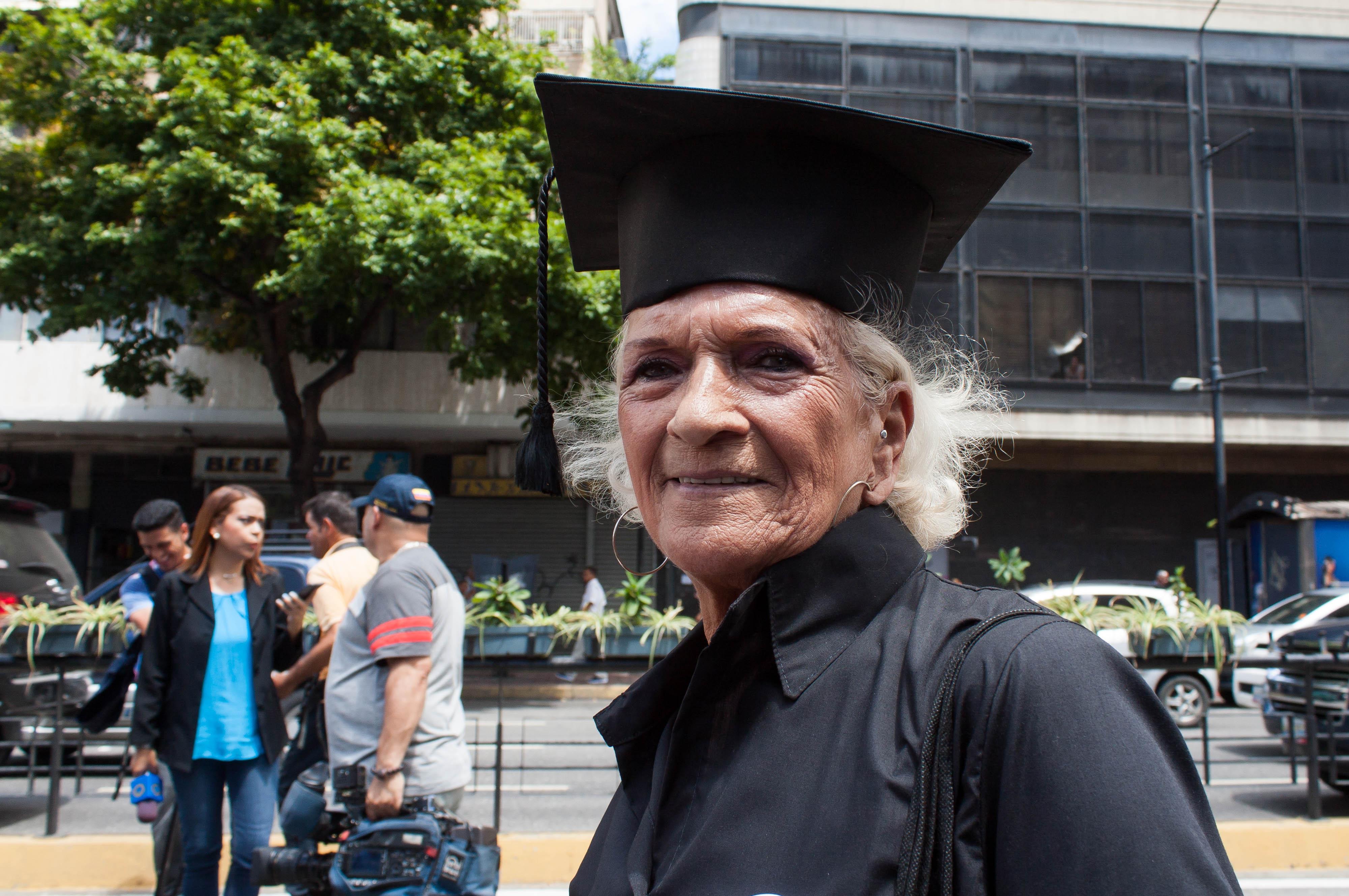 Magistrados jubilados marchan a la DEM