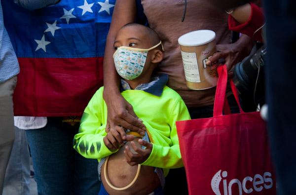 Nelly Pineda y su hijo en protesta de enfermeras