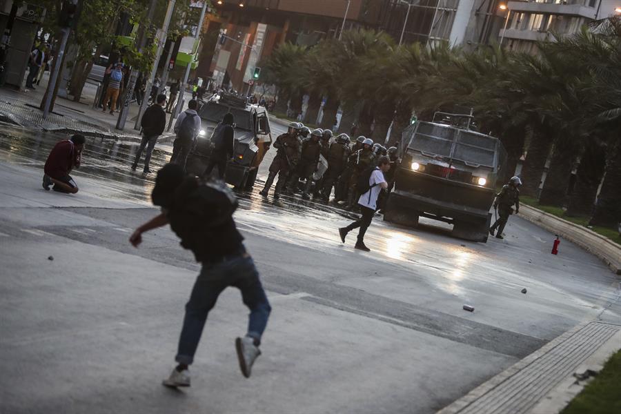 Disturbios en Chile continúan por el aumento del pasaje del Metro