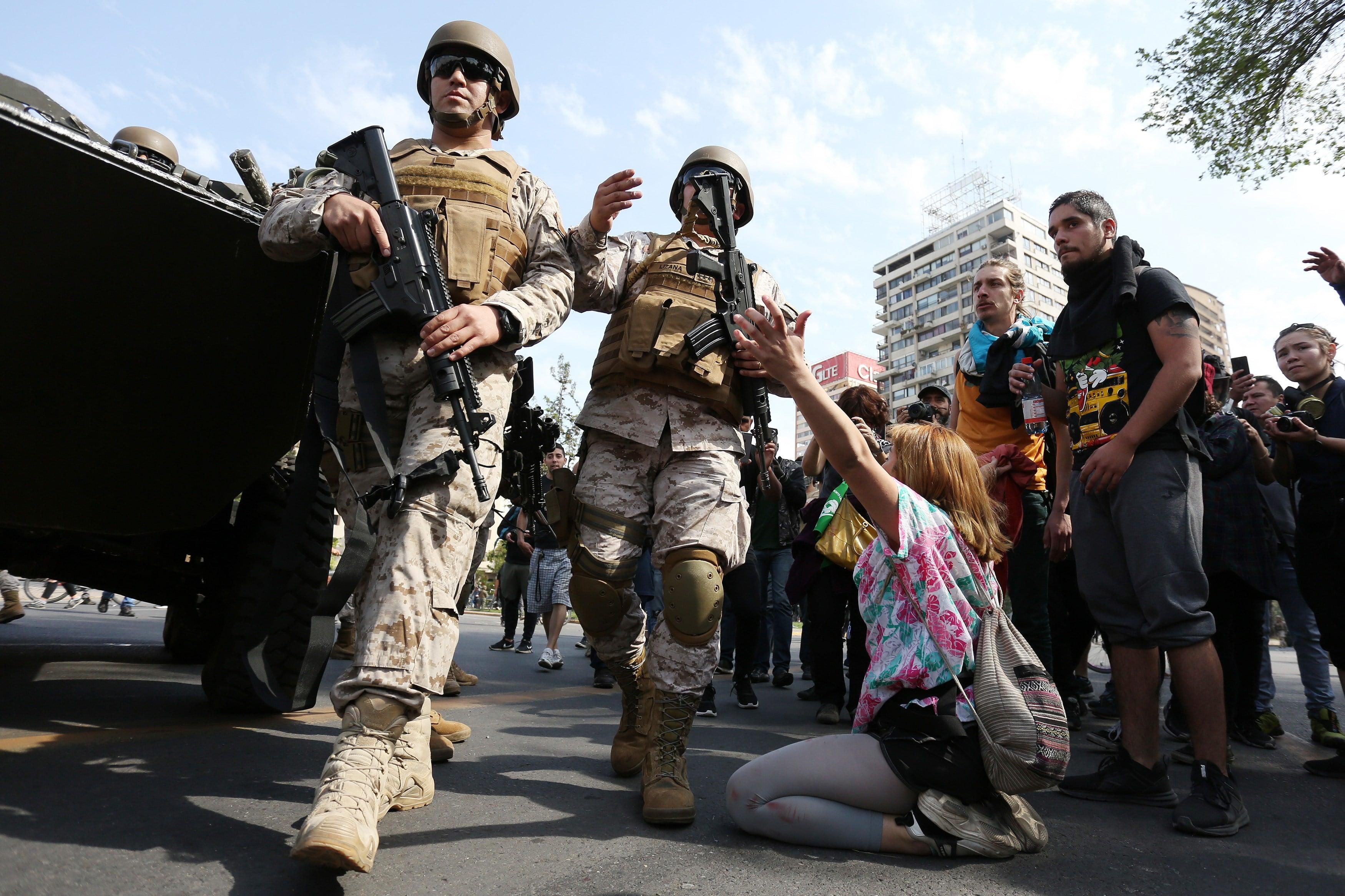 Tanquetas y militares en las calles de Chile
