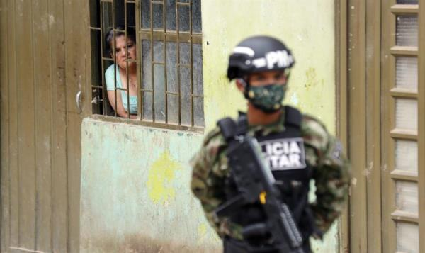 Los soldados colombianos vigilan el cumplimiento de la cuarentena