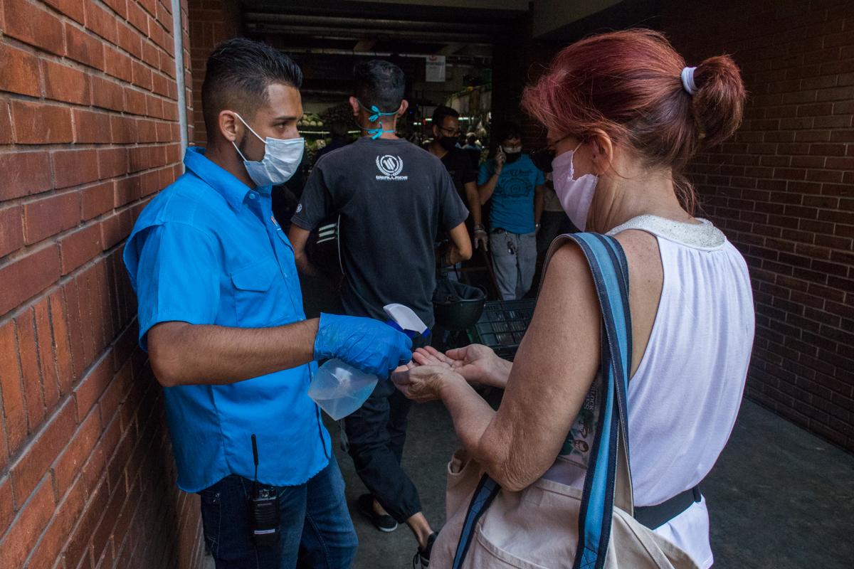 Coronavirus venezuela mercado de chacao desinfección de manos