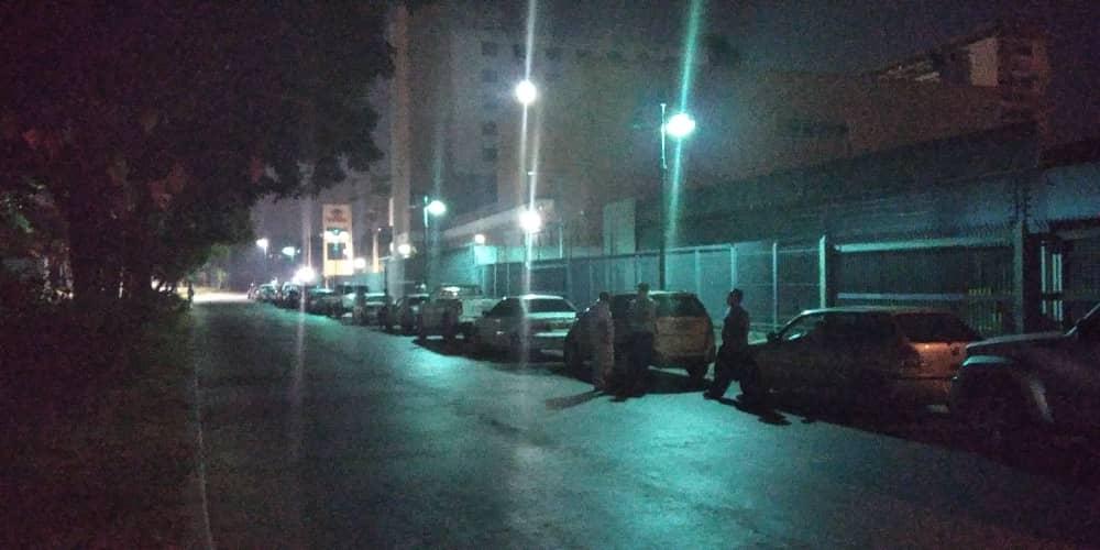 Trabajadores de la salud no descansan entre guardias para surtir gasolina en Caracas
