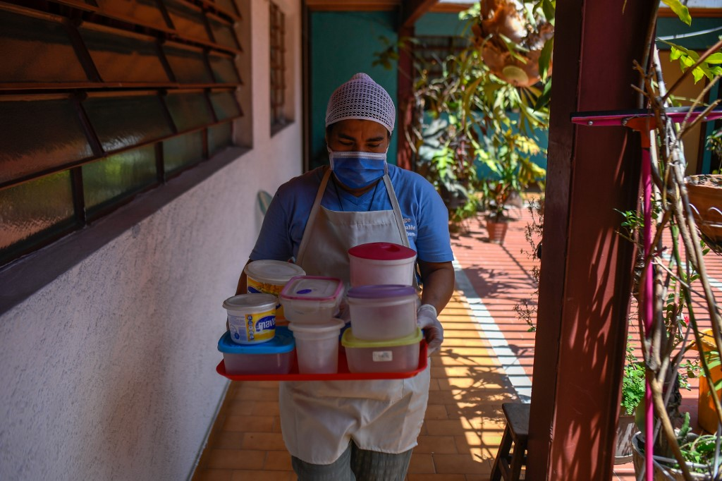 Golpeados por la crisis y el coronavirus, comedores escolares cocinan para llevar