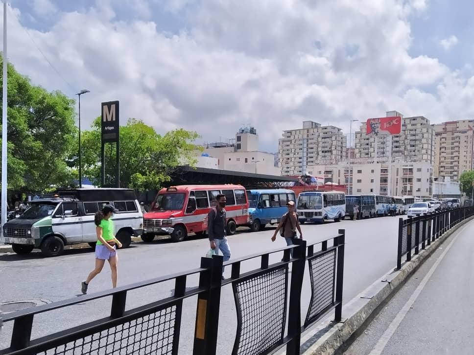 Transportistas de Caracas en filas por combustible: trabajas dos días y después vuelves hacer cola