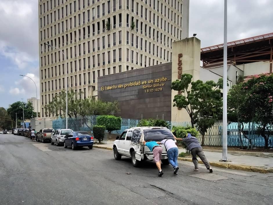 Transportistas de Caracas en cola por  combustible: trabajas dos días y después vuelves hacer cola